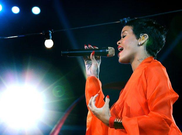 Rihanna live at the paralympics closing ceremony